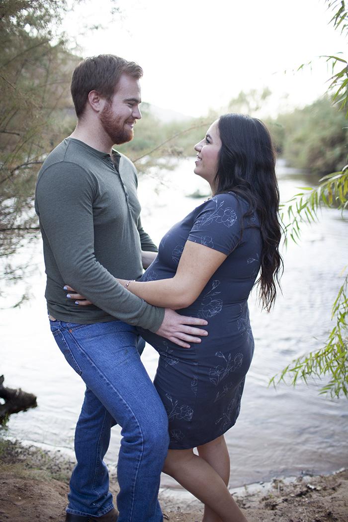 az-desert-maternity-couple